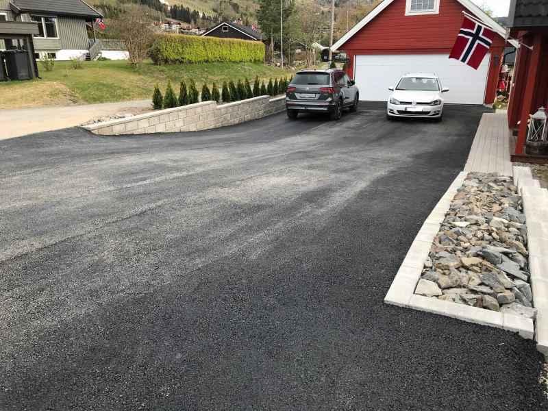 mur_belegningsstein_kantstein_og_asfalt